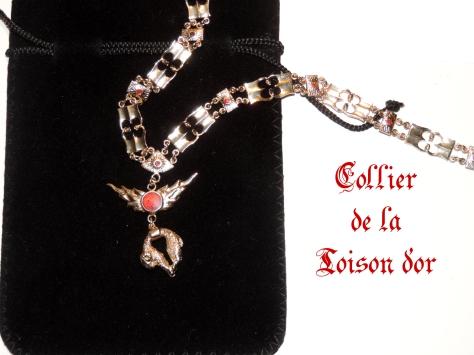 collier toison d'or avec sacoche en feutrine